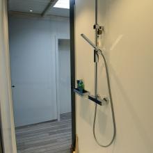 Badkamer met wanden in composiet
