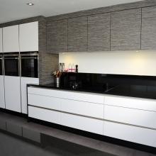 Moderne keuken met laminaatfronten