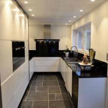 Moderne keuken met gelakte meubelfronten